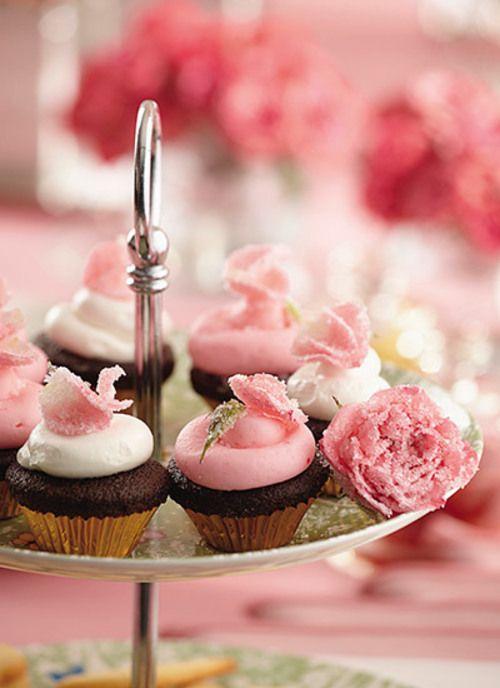 Perfectos para acompañar una tarde de té, los mini cupcakes se llevan toda la atención en una mesa de postres. Decórelos con flores azucaradas o creando formas con glasé y chispitas de colores.
