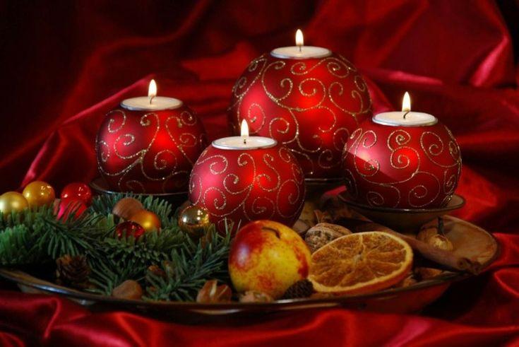 centro de mesa con velas en forma de bolas
