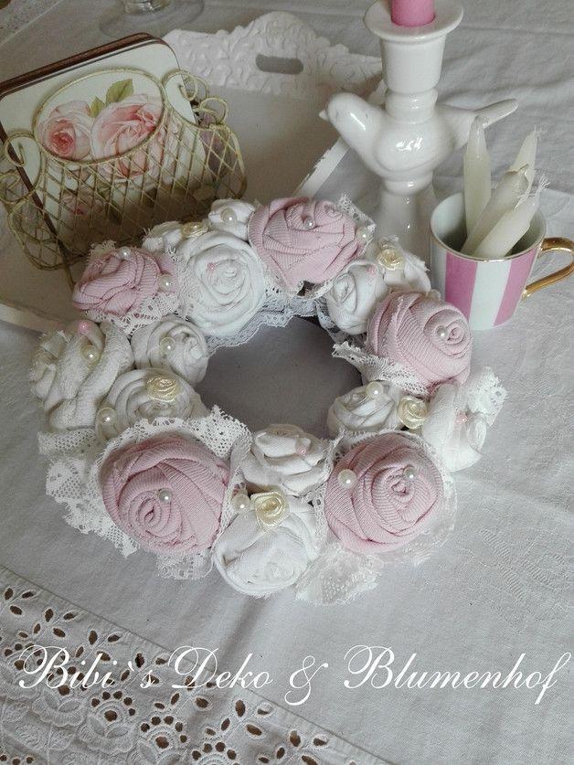 Hier habe ich einen Kranz mit Stoffrosen hergestellt. Jede einzelne Rose wurde aus alten Stoffen mit Hand gearbeitet. Dazu kommen alte Spitzen und Perlen sowie kleine Seidenröschen. Dieser...