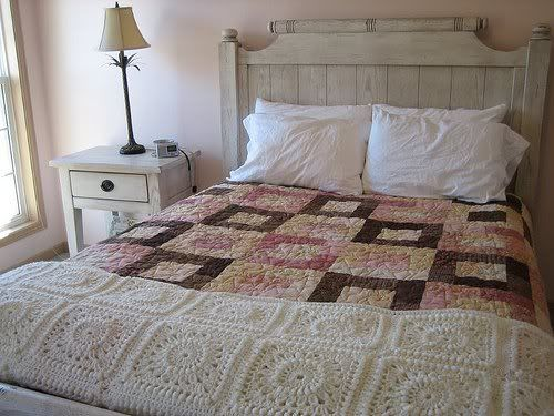 Bed and quilt: Para Hook, Beautiful Quilts, Quilts Bedrooms, For,  Comforter,  Puff, Crochet Work, Pink Quilts, Bedrooms Ideas