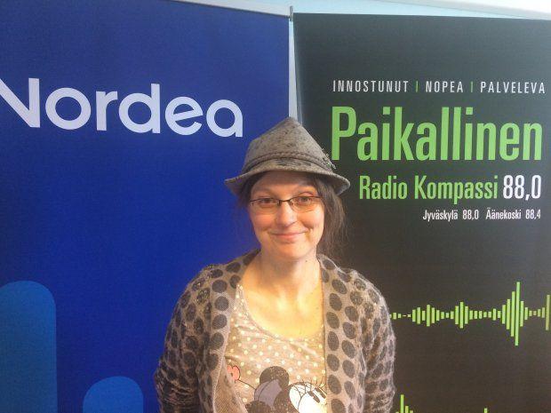 Radio Kompassi: Some-ekspertti neuvoo: omien taitojen esiintuominen somessa on tärkeää. Johanna Janhonen kertoi käyttävänsä ulkomailta ostettua hattua oman brändinsä luomisessa.