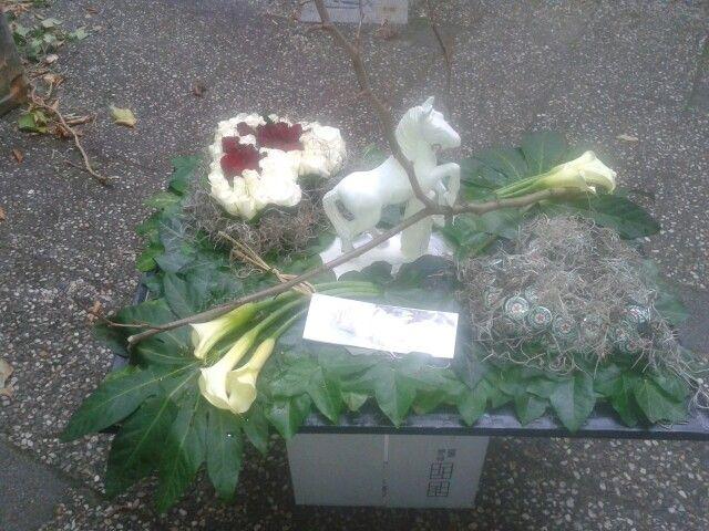 voor mijn opa, hij had renpaarden en een cafe en hield van rozen.dit is er allemaal in verwerkt.