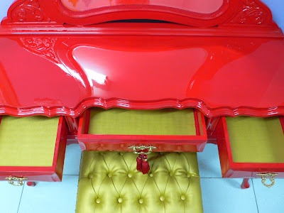 Ateliando - Customização de móveis antigos: Penteadeira Vermelha Glaucia - SP  Aqui o cliente monta a penteadeira do seu jeito, na sua cor, no seu estilo e nós execurtamos tudo e entregamos o móvel pronto em sua casa!