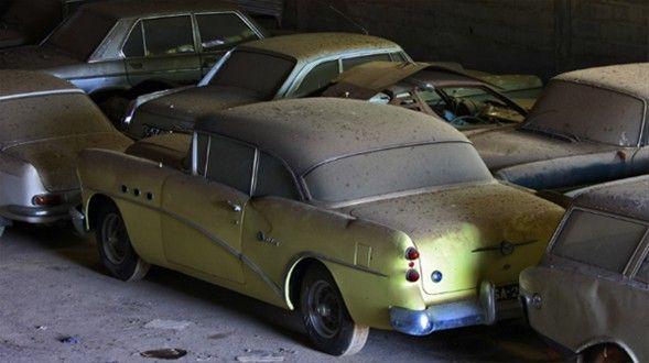 Araziyi gezen çift kapıları kilitli olan ahıra girdiklerinde ise gözlerine inanamaz. Karşılarında onlarca paha biçilemez antika arabalar bulur.