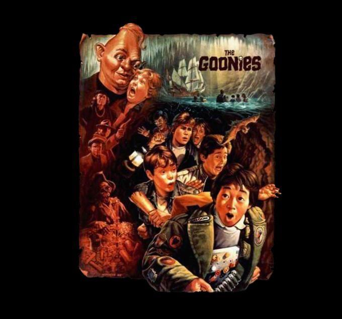 Camiseta Los Goonies. Pergamino Camiseta con la imagen, sobre un pergamino antiguo, de los protagonistas de la película de culto Los Goonies.