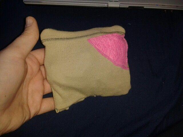 Mein erstes kleines Kissen. Hab Backpapier rein getan damit es schön knistert. .. jetzt müssen nur noch die Katzen damit spielen.  XD