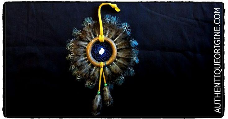 Capteur de rêve Tour de plumes #df0001-01 33$/can + Tx et livraison.  Cuir Brun, Perles de verre,  Fil Végétale pour le tissage. Son origine est cependant issue de la culture autochtone ... suite