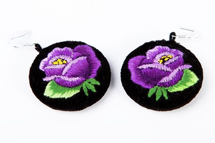 Haftowane kolczyki ludowe z fioletową różą