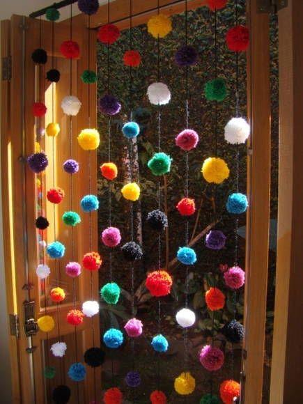 Cortina de pompom, com 10 fios com 10 pompons em cada fio R$ 150,00 I would so do this for my door, have way too much yarn laying around: