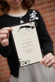 Tarjeta de invitación de boda en blanco y negro. Simple y elegante   Simple + chic black-and-white wedding invitation ~ Eric Foley Photography