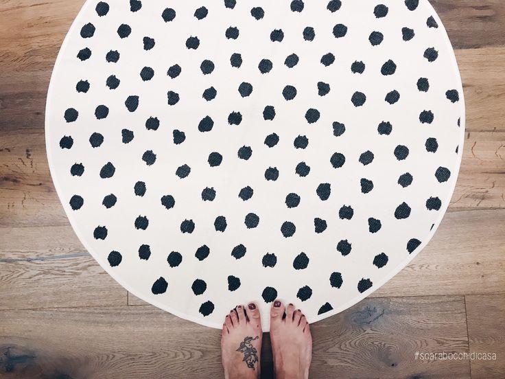 P o i s ⚪️⚫️ . . #scarabocchidicasa #home #myhome #homedesign #homedecor #homeaccessories #rug #rugdesign #roundrug #tappeto #tappetotondo #tappetoapois #pois #polkadots #blackandwhite #hmhome #listonegiordano #parquet #rovere #grisraku #wood #tattoo #feet #iphone7plus #iphonecamera #vsco #vscocamitaly #vscocam #vscoitaly