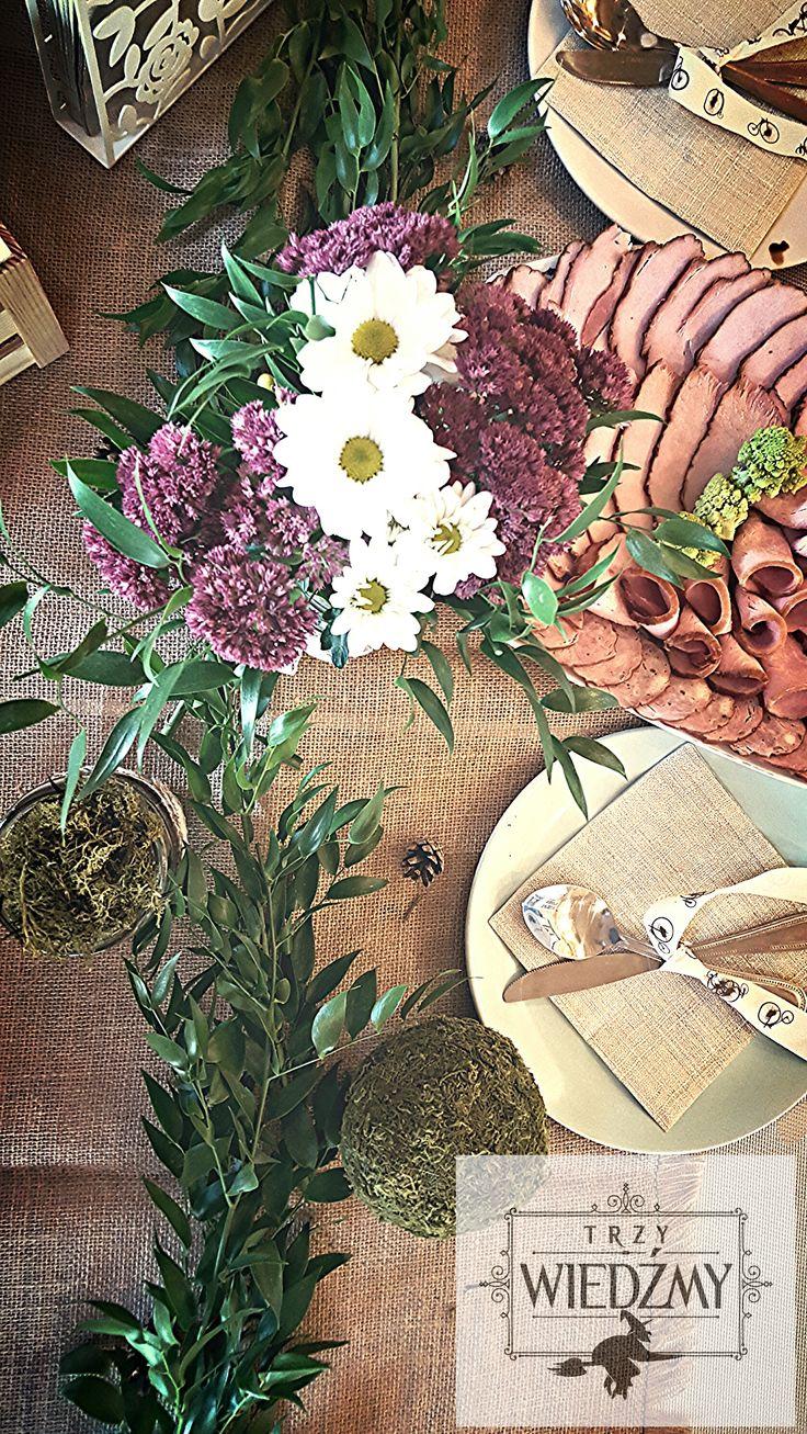 Rustykalne, męskie, jesienne, naturalne, męskie, 60 urodziny. Główna dekoracja stołu, bukiet z fioletowych i białych kwiatów z zielenią w słoiku obwiązanym ekologiczną wstążką. Girlanda z liści, zielone, leśne kule i deska swojskich wędlin. / /Rustic, fall, natural, wood, woodland, eco, birthday, man, party, 60, 60th decorations, ideas, leaves, gerland, table, ribbon, mason jar, lace, mose, cones.ball, forest, centerpieces, white, purple, flower, meat, board.