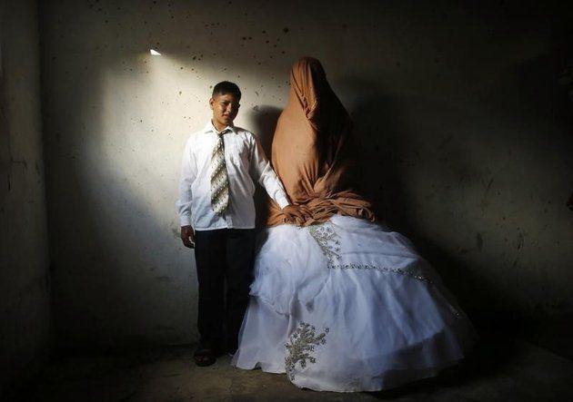 Ahmed Soboh, un jeune Palestinien de 15 ans, et Tala, 14 ans, lors de leur cérémonie de mariage, à Beit Lahiya, dans le nord de la bande de Gaza. L'Onu estime que tous ses Etats membres devaient voter et mettre en pratique des lois interdisant le mariage des enfants, voulant ainsi mettre fin à un phénomène qui concerne environ 15 millions de jeunes filles chaque année dans le monde. /Photo d'archives/REUTERS/Mohammed Salem