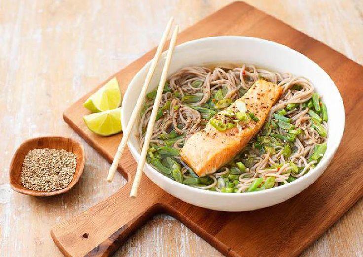 Heldere soep met noedels, groene groenten en zalmfilet Recept | HelloFresh