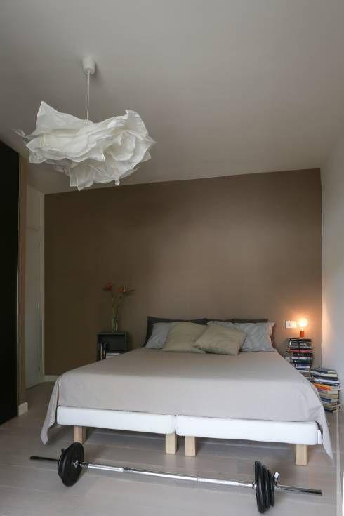 """Casa """"Elle"""" bianca e grigia: Camera da letto in stile in stile Minimalista di MAMESTUDIO"""