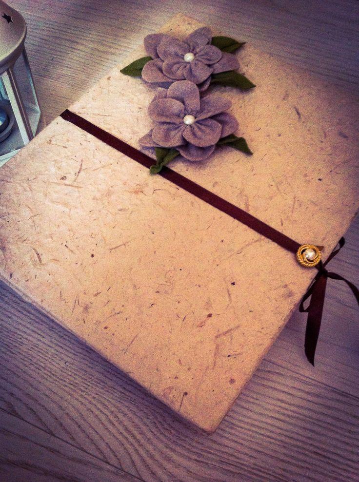 | Photos Album | Ho ricoperto questo album con della carta riso e abbellito con rose di pannolenci handmade!
