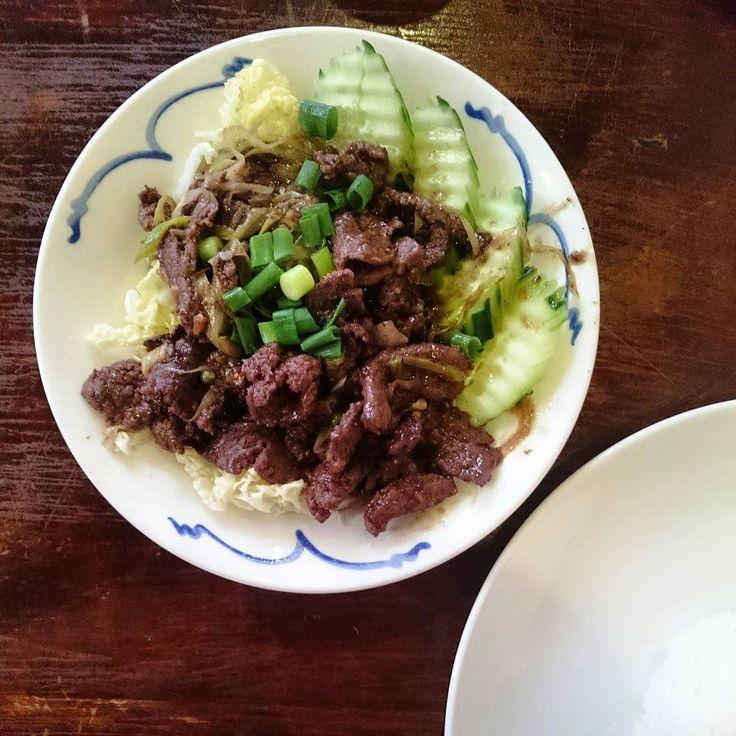 Als restaurant ziet Mae Somjai er niet uit maar de Kratiem Phrik Thai en pad thai is er voortreffelijk.  #Thaifood #Maesomjai #Beef #Rice #food #Amsterdam #Thai #CityguysNL