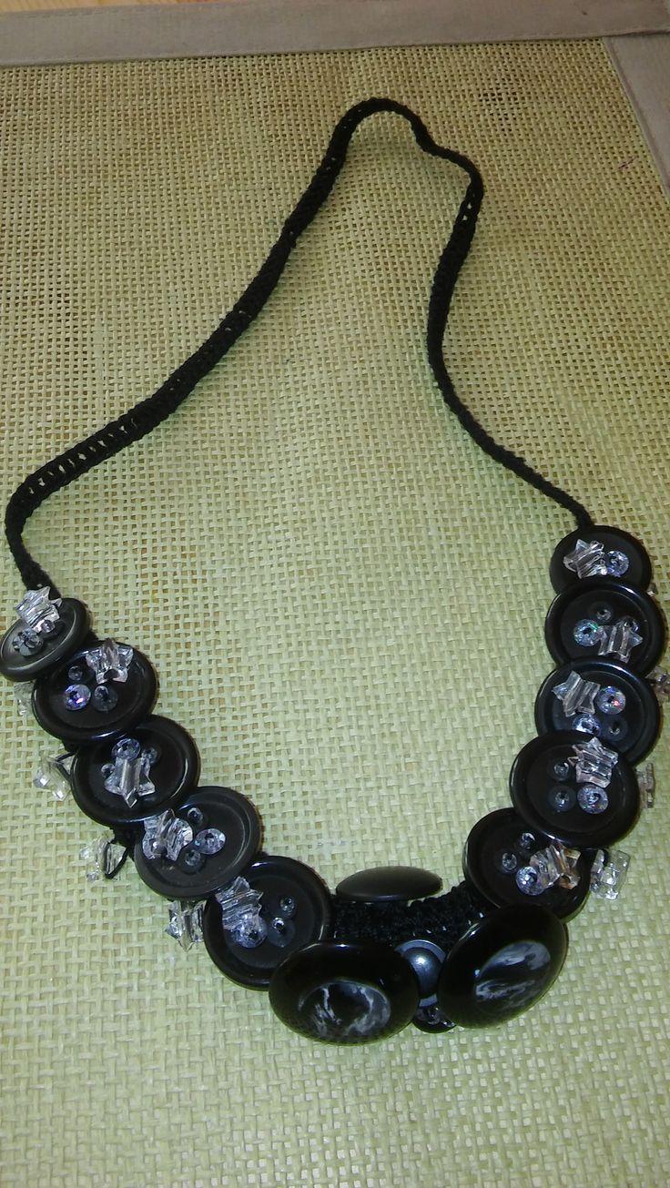 szydełkowy naszyjnik ozdobiony guzikami i koralikami- crochet necklace decorated with buttons and beads