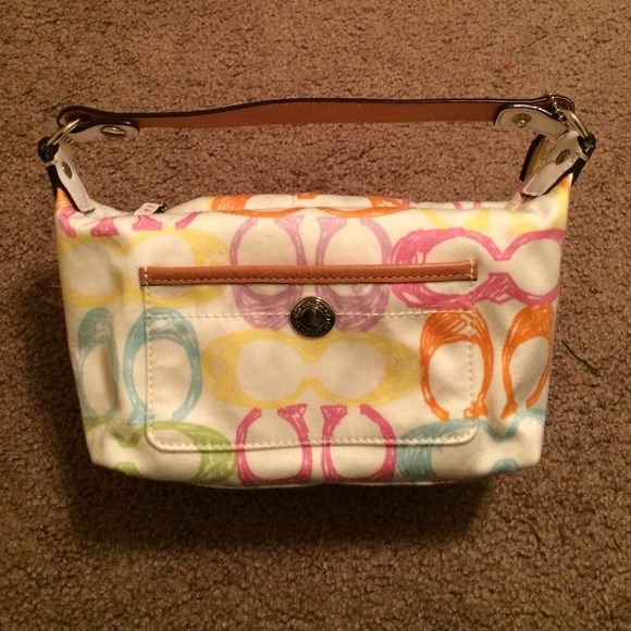 Small Coach Purse Real White Coach Purse With Colorful C Details White Leather Handle Pocket In The Front Yellow Inside In 2020 Coach Purses Purses Leather Handle