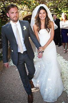 El #traje de #novio, los accesorios y la felicidad son elementos clave para el día de la boda. | La boda de Lily Aldridge foto de usmagazine.com