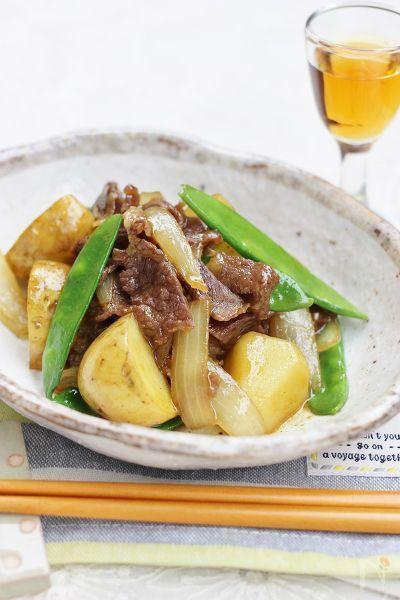 新じゃがいもは、皮のままレンジでチンして、牛肉、玉ネギ、さやえんどうを炒め、新じゃがいもを加え炒め煮にして出来上がり!