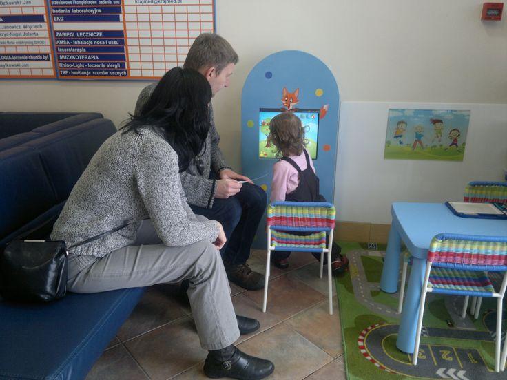 Oczekiwanie na wizytę u lekarza nie musi być nudne ani przykre. Interaktywny kącik dla dzieci - panel Foxbox. www.zabawiacze.pl