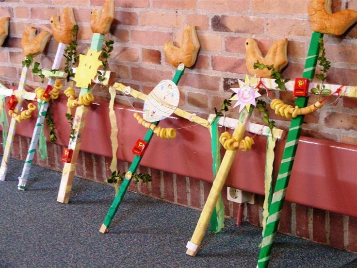 palmpasen stok maakten we op school en brachten ze naar de ouderen in de wijk.