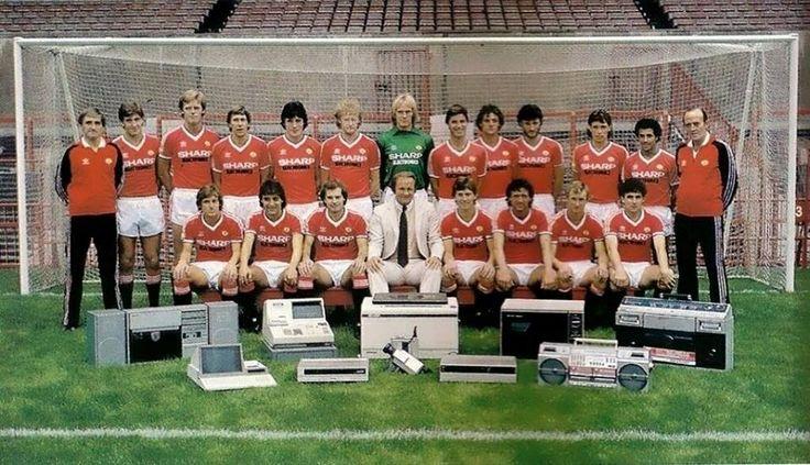 Oude elftalfoto van Man. United  Kent iemand behalve een van de spelers nog 1 van de electronische apparaten die toendertijd hoofdsponsor Sharp maakte en die op de voorgrond staan ?
