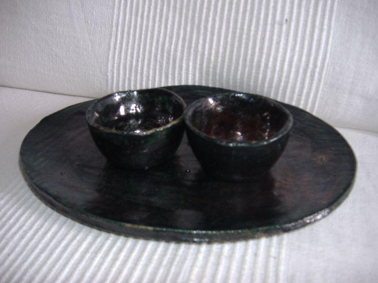 Bandeja descalzadora y pequeños candelabros en técnica de raku.  Por {Artelotumisma}