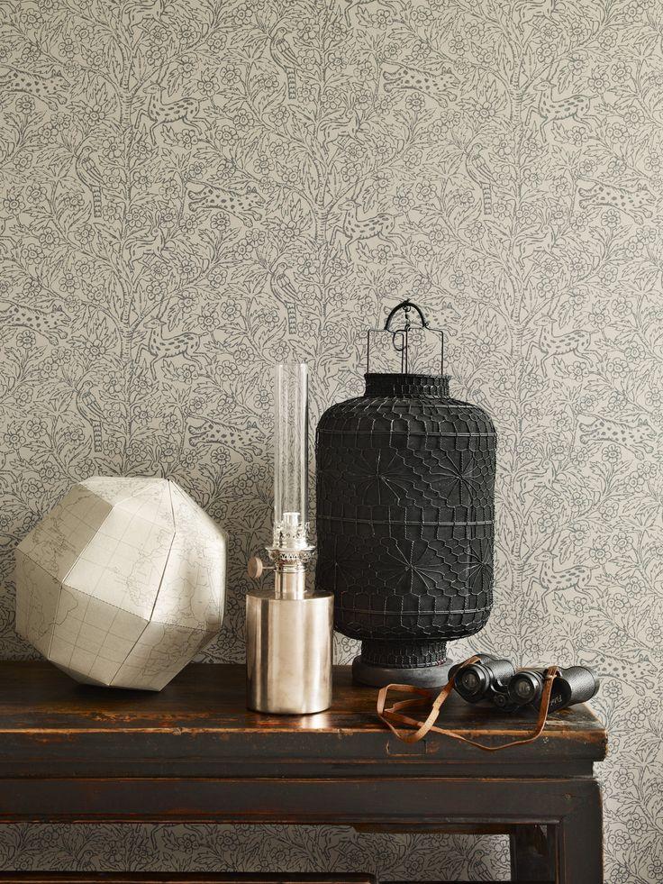 Sandbergin Eden-tapetti luo huoneeseen viehättävän ja intiimin tunnelman. - Sandberg Eden wallpaper creates sophisticated and intimate mood.