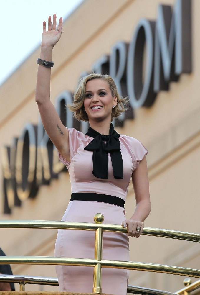 """Katy Perry introducing her new perfume """"Meow"""" on """"Extra"""" at The Grove in Los Angeles, December 2011. Katy performed before spending over 3 hours signing autographs for fans."""