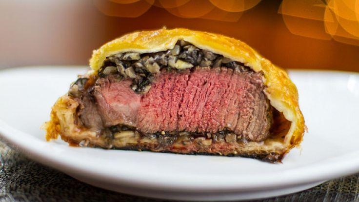 È quasi ora di pranzo, oggi vi solletico con una ricetta gourmet: filetto alla Wellington. Ricetta lunga e laboriosa, ma che se fatta a regola d'arte è un piccolo capolavoro.  #ricetta   #wellington   #noveganplease   http://winedharma.com/it/dharmag/dicembre-2014/come-preparare-il-filetto-alla-wellington-perfetto-ricetta-gourmet