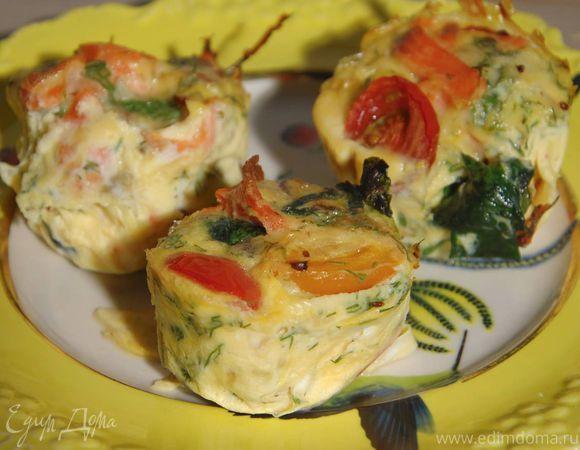 Шпинат можно заменить зеленым луком или базиликом, а соотношение рыбы, помидоров и зелени зависит только от ваших вкусовых предпочтений. Мне нравится, когда яйца внутри немного бегущие, если вы люб...