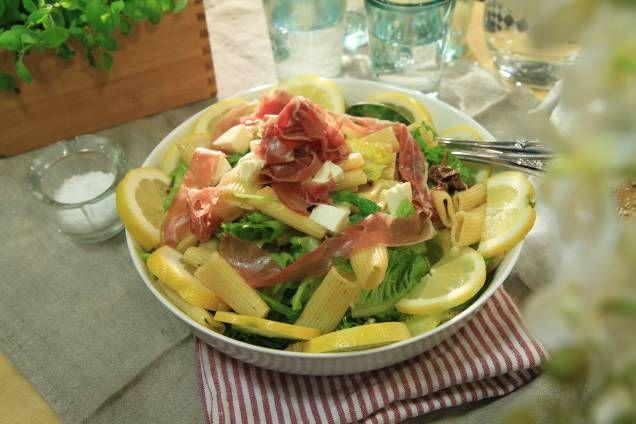 Paolo Roberto härligt goda Insalata di pasta con mozzarella e prosciutto, condito con pomodoro, limone e olio di oliva!