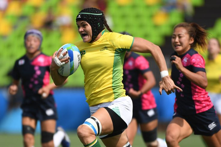 Brazil's Beatriz Muhlbauer runs with the ball in the womens rugby sevens match between Brazil and Japan during the Rio 2016 Olympic Games at Deodoro Stadium in Rio de Janeiro on August 7, 2016. / AFP / Pascal GUYOT