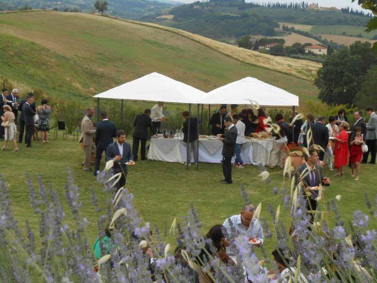 Il buffet di Nozze di un Matrimonio pic nic nel nostro agriturismo romantico tra Siena e San Gimignano. Benvenuti in Toscana