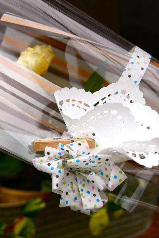 Fermer son bouquet avec du masking tape à pois !
