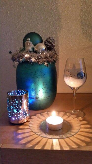 Kerstsfeer. Vaas bovenop versiert.