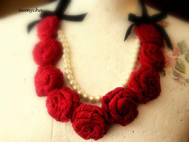 Czerwone róże www.robotkowyswiatmychy.blogspot.com  Róże z resztek tkanin, bardzo lubię robić taką biżuterię. Można zrobić taki naszyjnik z każdego kawałka tkaniny, dopasować do każdej kreacji.