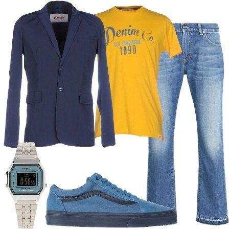 Jeans effetto delavé, lavaggio scuro, vita normale, gamba a tubo abbinato a t shirt con stampa e giacca monopetto. Sneakers basse e orologio modello vintage.