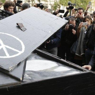 O pianista que tocou em frente à sala Bataclan em Paris