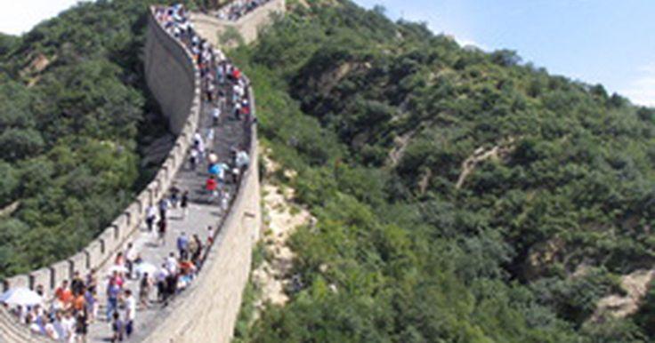 ¿Cuántos turistas visitan la Gran Muralla china?. La Gran Muralla china, considerada una de las siete maravillas del mundo, se extiende unas 5500 millas (8850 km) del este al oeste del país. Se fue construyendo con fines defensivos a lo largo de la historia y abarca todo tipo de paisajes, desde praderas y valles hasta montañas y desiertos. Es una de las atracciones turísticas de mayor relevancia ...