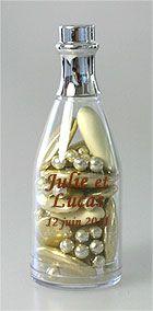 Sobres et ultra classes, ces petites bouteilles de champagne rehaussées par un bouchon chromé argenté seront du plus bel effet sur vos tables et buffets ! http://www.mariage.fr/mini-bouteilles-de-champagne-pvc-contenant-dragees.html