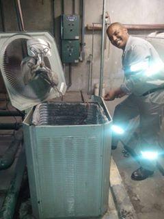 minha foto fazendo manutenção em equipamento de ar condicionado