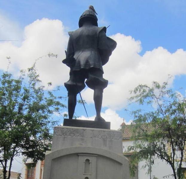 Amigos de Badajoz logra que el Ayuntamiento hispalense reconozca a esta torre - TORRE DE ESPANRAPERROS - en la estatua de Zurbarán