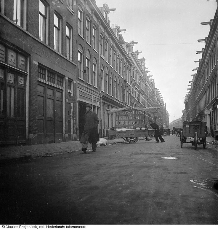1944 Wapenvervoer in haringkar van Stadionbuurt naar Govert Flinckstraat (opname gemaakt met in fietstas verborgen fototoestel), Amsterdam