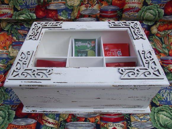 Caixa confeccionada em MDF com 6 divisões, visor de vidro, pintada com técnica provençal e com apliques em MDF. Pode ser usada para chá, bijuterias, miudezas em geral. R$ 65,00