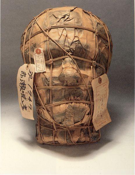 赤瀬川 原平 Genpei AKASEGAWA「押収品・千円札梱包作品(マスク)」、1963、37 x 25 x 19 cm 、ミクストメディア<br>