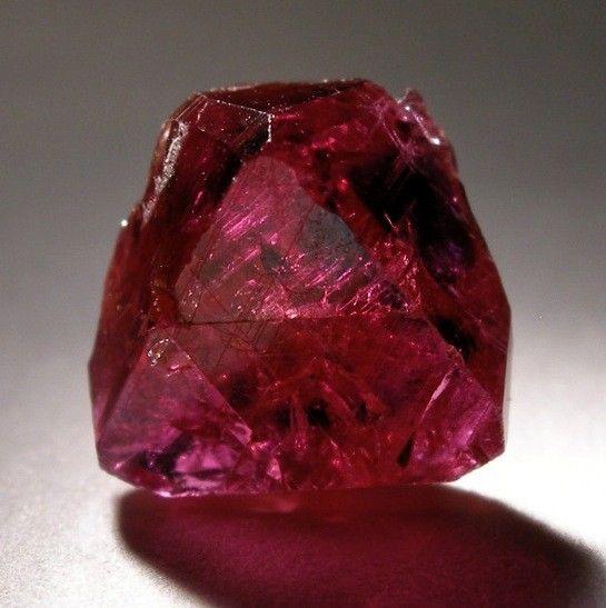 Dentro de la gemoterapia, el rubí es considerado como una de las piedras más relacionadas con el éxito. ¿Por qué? Es que ayuda a concretar los proyectos y a canalizar la energía positivamente, entre otras cosas. Conoce en este artículo sobre sus virtudes.