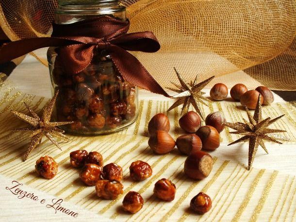 È facilissimo preparare queste deliziose nocciole caramellate. Poche mosse ed ecco un dolcetto sfizioso adatto anche per regalini home made.